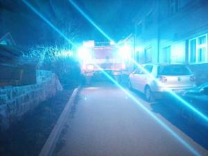 Hasiči se kvůli špatně zaparkovaným autům nemohli dostat v Hořicích k požáru. Odřeli hasičské i zaparkované vozy