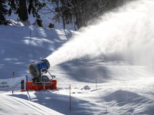 Zimní sezónu vKrálovéhradeckém kraji zachránil technický sníh. Podle vlekařů je průměrná