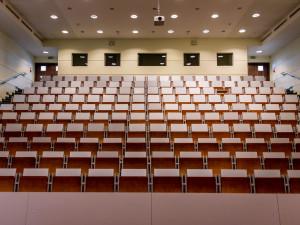 Další opatření kvůli koronaviru se dotknou škol, divadel, památek i MHD