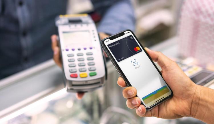 Možnost platby kartou i vtěch nejmenších prodejnách? Díky iniciativě Česko platí kartou mohou obchodníci získat terminály na rok zdarma