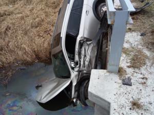 Řidiči s autem vylétl zhradubické. Narazil do mostku a skončil v potoce
