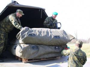 Armáda pomáhá střežit hranice na Trutnovsku i Náchodsku
