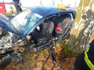 Řidič vJaroměři sešrotoval své auto o strom. Vyvázl se zraněním