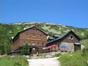 Chata Martinovka v Krkonoších zeje po vládních nařízeních prázdnotou. Jindy by už byla plná
