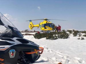 V Krkonoších se zřítil skialpinista, zasahovat musel vrtulník
