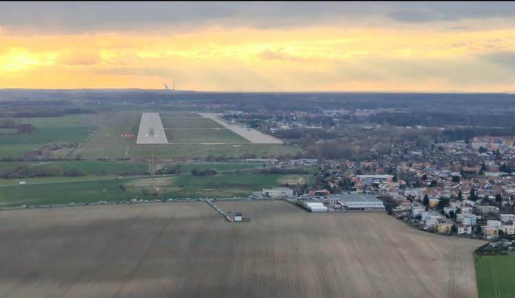 VIDEO: Takhle vypadalo přistání Ruslanu vPardubicích přímo zkokpitu