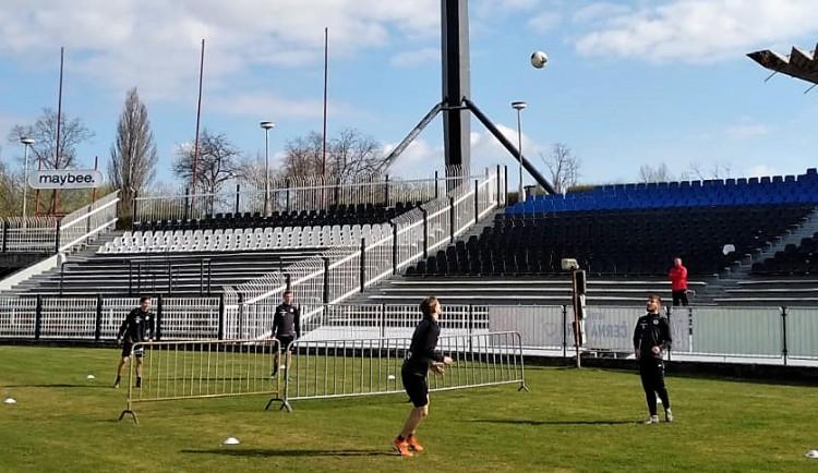Hradečtí Votroci už provizorně trénují na svém stadionu. Trénují vždy jen ve dvou