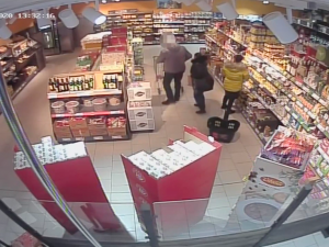 VIDEO: Policie pátrá po dvou zlodějkách. Okradly zákazníky přímo vobchodě