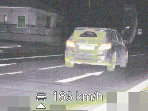 Po Koutníkově ulici v Hradci svištěl řidič rychlostí 163 km/h. Teď bude bez papírů a lehčí o pár tisíc