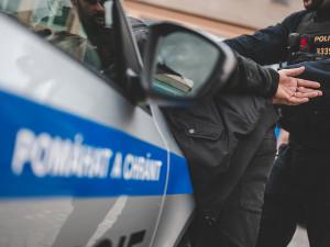 Čerstvě propuštěný muž se pokusil znásilnit ženu na Novopacku.  Nyní je zpátky ve vazbě