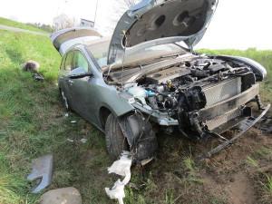 Senior dostal na obchvatu Hradce Králové s autem smyk. Se spolujezdkyní skončil v nemocnici