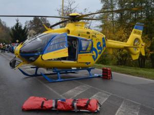 Řidička osobního vozu nepřežila srážku s motorkářem. Toho do nemocnice transportoval vrtulník