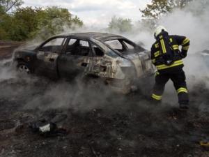 Hasiči likvidovali v kraji požár stodoly s historickými motorkami. Museli i k hořícímu autu