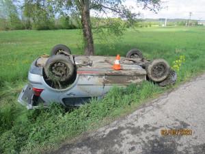 Průjezd zatáčkou mladá řidička nezvládla. Auto převrátila na střechu