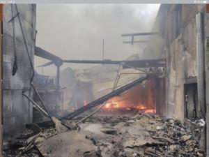 VIDEO: Požár v Polici nad Metují už je pod kontrolou. Škoda přesáhne 100 milionů korun