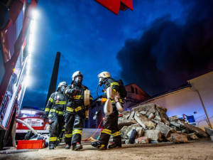 Hasiči se v Polici pustí do rozebírání konstrukce haly zpustošené požárem. Místo prohledají vyštřovatelé