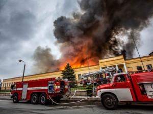 Vyšetřování požáru haly v Polici může trvat i měsíce