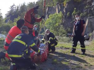 VIDEO: Vrtulník z Hradce Králové letěl pro třináctiletou dívku. Ta se zřítila do lomu