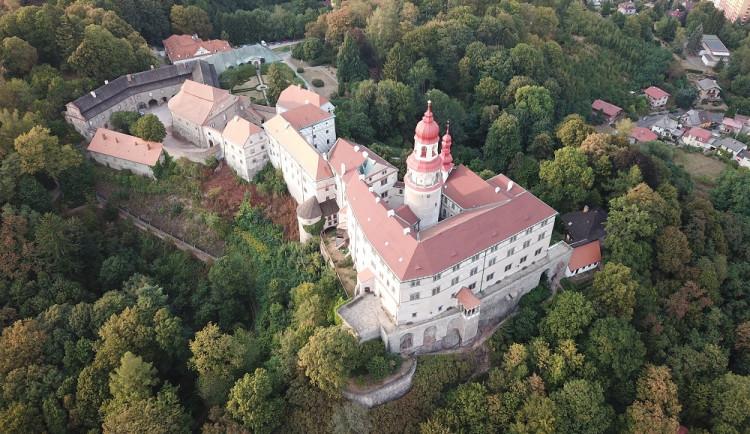 Od pondělí můžeme vyrazit na hrady i zámky, které už teď počítají ztráty