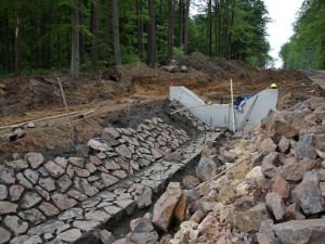 Podél Krkonošské silnice ve Dvoře Králové vzniká během rekonstrukce soustava kaskád na odvod vody
