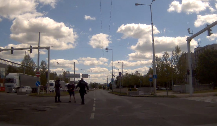 VIDEO: Zdrogovaný řidič tančil uprostřed frekventované křižovatky v Hradci Králové