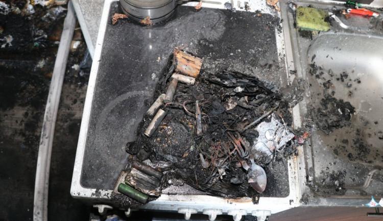 Požár v obchodě s elektronikou na Benešovce způsobila krabice na zapnutém sporáku. V ní byla powerbanka