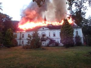 Žháři, kteří zapálili zámek v Horním Maršově na Trutnovsku, skončí na řadu let ve vězení