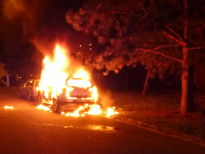 Hasiči museli v noci krotit plameny v jednom z podniků v Červeném Kostelci i na autě v Hradci