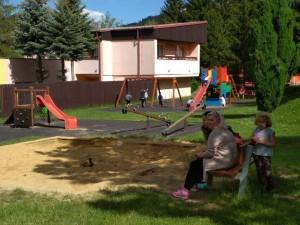 První dětská SOS vesnička slaví padesátiny. Domov tady našlo téměř tři sta dětí