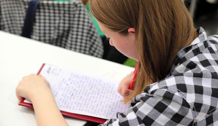 Maturanti dnes začali psát testy státních maturit