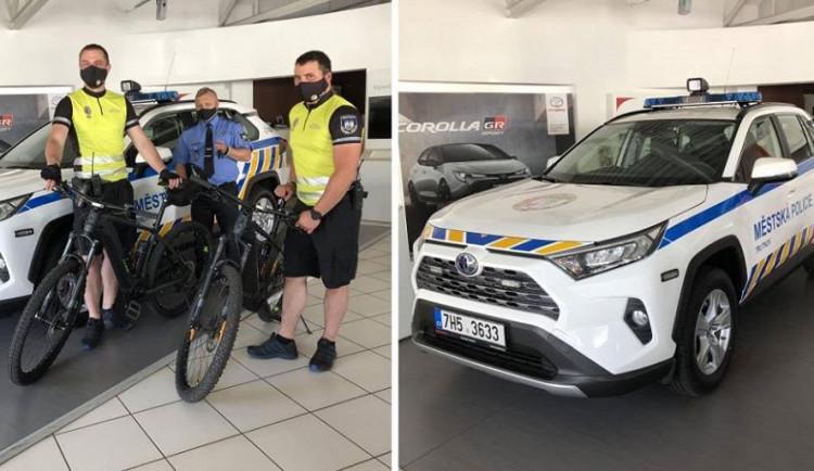 Trutnovská městská policie se pyšní novými přírůstky, mají hybridní auto a elektrokola