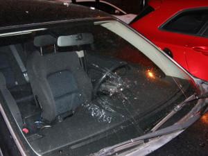 Opilec v centru Hradce Králové rozbil šest aut a jeden skútr