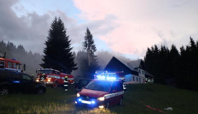 Hasiči vyjížděli k požáru chaty do Horního Maršova, pravděpodobně ji zapálil blesk