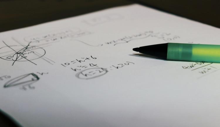 Tisíce maturantů se dobrovolně přihlásily k těžšímu testu z matematiky, píší ho dnes