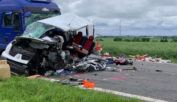 FOTO: Dopravní nehoda dvou kamionů a dodávky zastavila dopravu na trase z Hradce Králové na Jičín
