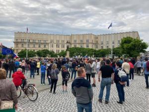 FOTO   VIDEO: V Hradci Králové dorazilo na protest proti Babišovi vládě několik stovek lidí