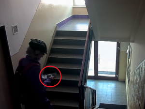 VIDEO: Vydával se za poslíčka, přitom ale vykrádal seniorům peněženky