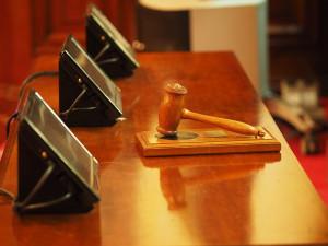 Hradecký soud uznal vinnými všech 27 obžalovaných v kauze podvodů
