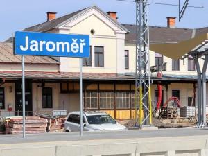 Dneškem začala vlaková výluka kvůli rekonstrukci železniční stanice v Jaroměři, skončí 26. června