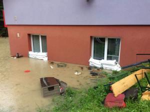 FOTO | VIDEO: Krajští hasiči se včera kvůli silným dešťům a velké vodě nezastavili, extrémní srážky hrozí i dnes