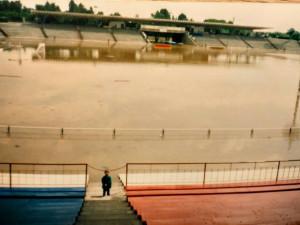 VIDEO: Připomeňte si povodně v roce 1997. Centrum Hradce Králové bylo pod vodou