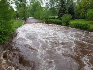 V Královéhradeckém kraji stále platí varování před povodněmi. Situace se má lepšit, řeky nápor vody zvládají