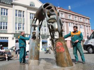 V Hradci Králové se spustí mlhoviště. Lidé však stále využívají k osvěžení fontány, za to jim hrozí pokuty