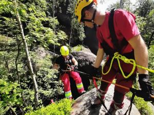 FOTO/VIDEO: V Broumovských stěnách byly zachraňovány osoby z těžko přístupného terénu, naštěstí jen cvičně