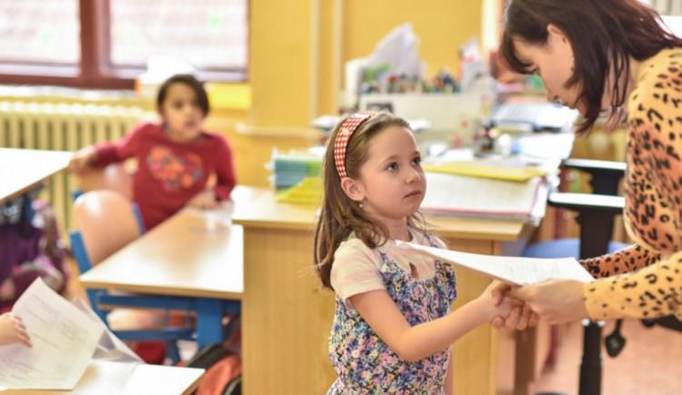Řada škol dnes rozdá vysvědčení. Žáci budou mít studentské volno