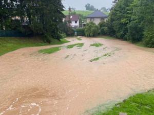 Deštivé počasí zvedá hladiny řek a potoků, na Rychnovsku voda opět zaplavuje sklepy