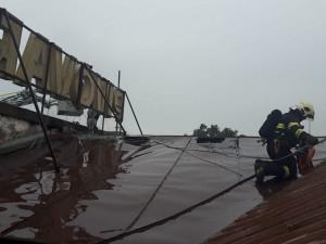 Ve Vratislavicích u Liberce hoří sladovna pivovaru, dva hasiči se zranili