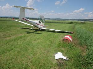 Pilot nezvládl přistávací manévr. Utrhl podvozek a zabořil letadlo do přistávací dráhy