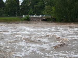 Hladina řeky Orlice v Týništi nad Orlicí stoupla na třetí stupeň povodňové aktivity
