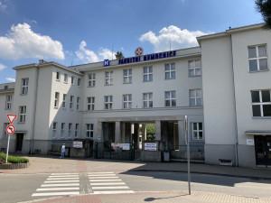 Fakultní nemocnice Hradec Králové rozšiřuje návštěvy hospitalizovaných pacientů. Roušku zde zatím nesundáme